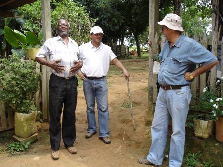 Don Daniel (geheel links) op een voormalige cocakwekerij